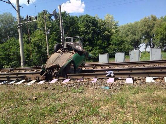 НаЧернігівщині поїзд розірвав «Запорожець», який протаранив шлагбаум напереїзді