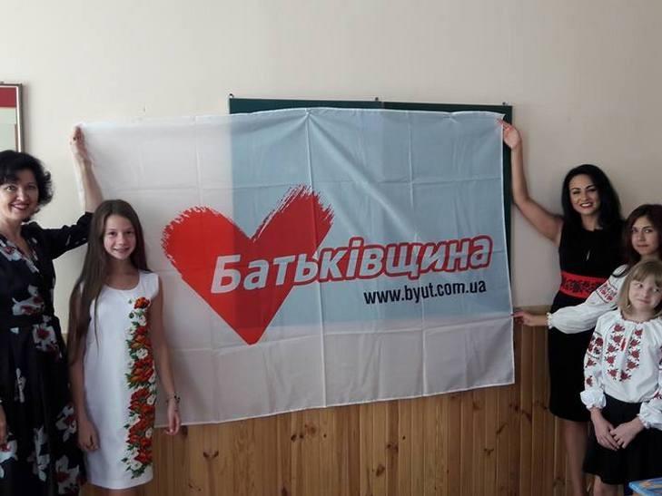 """Забудькувата Тимошенко та """"розіп'яті"""" освітяни: Як політики піарилися на Дні знань - фото 3"""