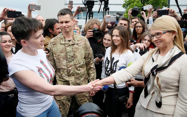Як Савченко не взяла квітів від Тимошенко - фото 1