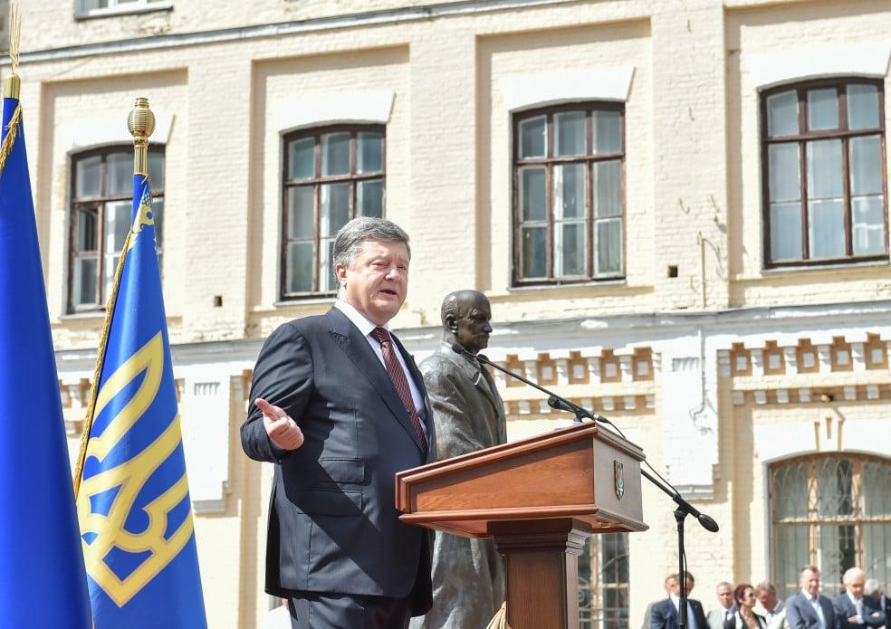 """Забудькувата Тимошенко та """"розіп'яті"""" освітяни: Як політики піарилися на Дні знань - фото 1"""