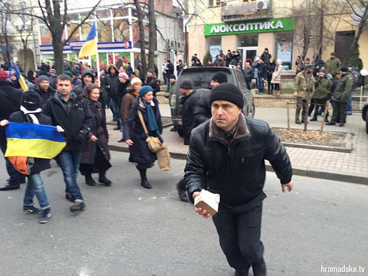 Друга річниця Майдану: Як кидали каміння в вікна російських банків та офісу Ахметова - фото 2
