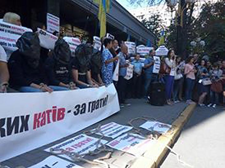 Як активісти з пакетеми на головах НАБУ захищали (ФОТОРЕПОРТАЖ) - фото 2