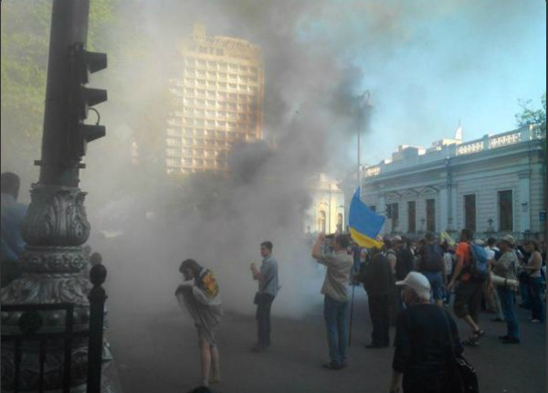 Рада не може прийняти закон про валютні кредити: під парламентом палають шини (ФОТО) - фото 2