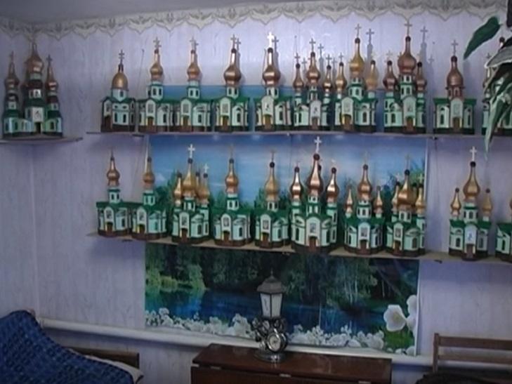 Пляшки. коробки, храми. Як 91-річний дідусь роздає віру у перемогу - фото 11