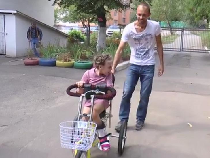 """Підопічні """"Школи життя"""" сіли на велосипеди - фото 1"""