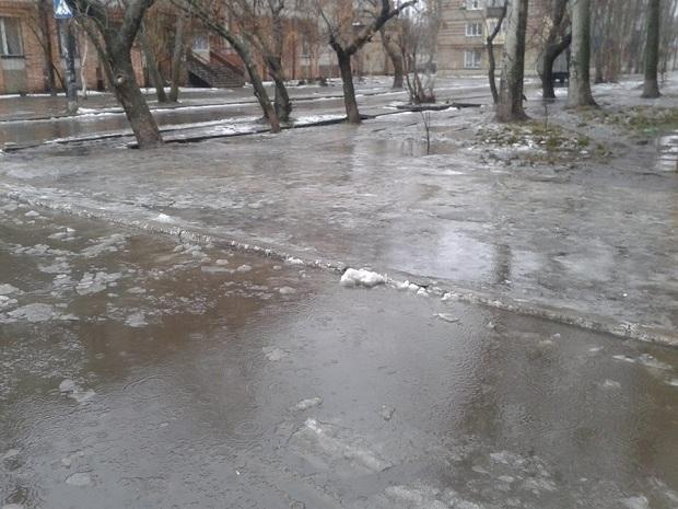 """Не дочекавшись порятунку від комунальників, бердянці самі взяли лопати, щоб прибрати снігову """"кашу"""" на вилицях - фото 4"""