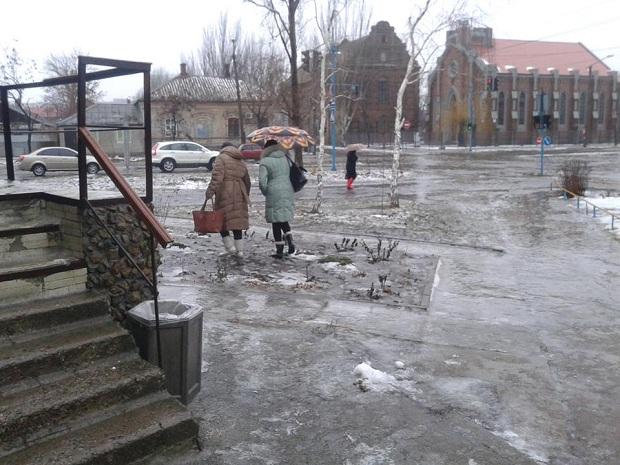 """Не дочекавшись порятунку від комунальників, бердянці самі взяли лопати, щоб прибрати снігову """"кашу"""" на вилицях - фото 2"""