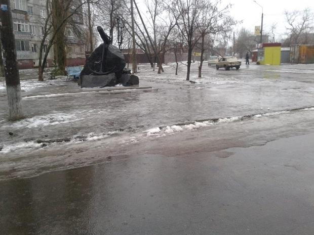 """Не дочекавшись порятунку від комунальників, бердянці самі взяли лопати, щоб прибрати снігову """"кашу"""" на вилицях - фото 1"""