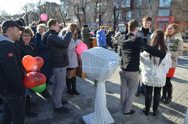 """Для запорізьких """"молодят на годинку"""" 14 лютого весільні вальси грав військовий оркестр місцевої частини 3033 - фото 1"""