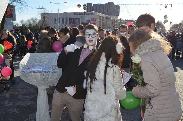 """Для запорізьких """"молодят на годинку"""" 14 лютого весільні вальси грав військовий оркестр місцевої частини 3033 - фото 3"""