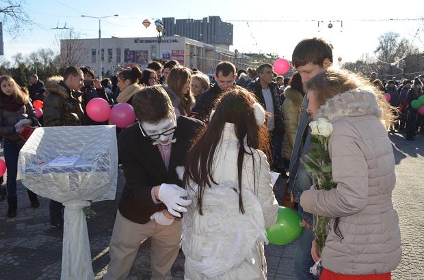 """Для запорізьких """"молодят на годинку"""" 14 лютого весільні вальси грав військовий оркестр місцевої частини 3033 - фото 5"""
