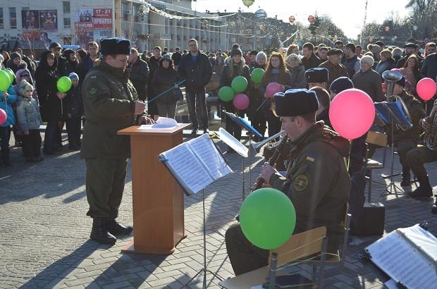 """Для запорізьких """"молодят на годинку"""" 14 лютого весільні вальси грав військовий оркестр місцевої частини 3033 - фото 6"""