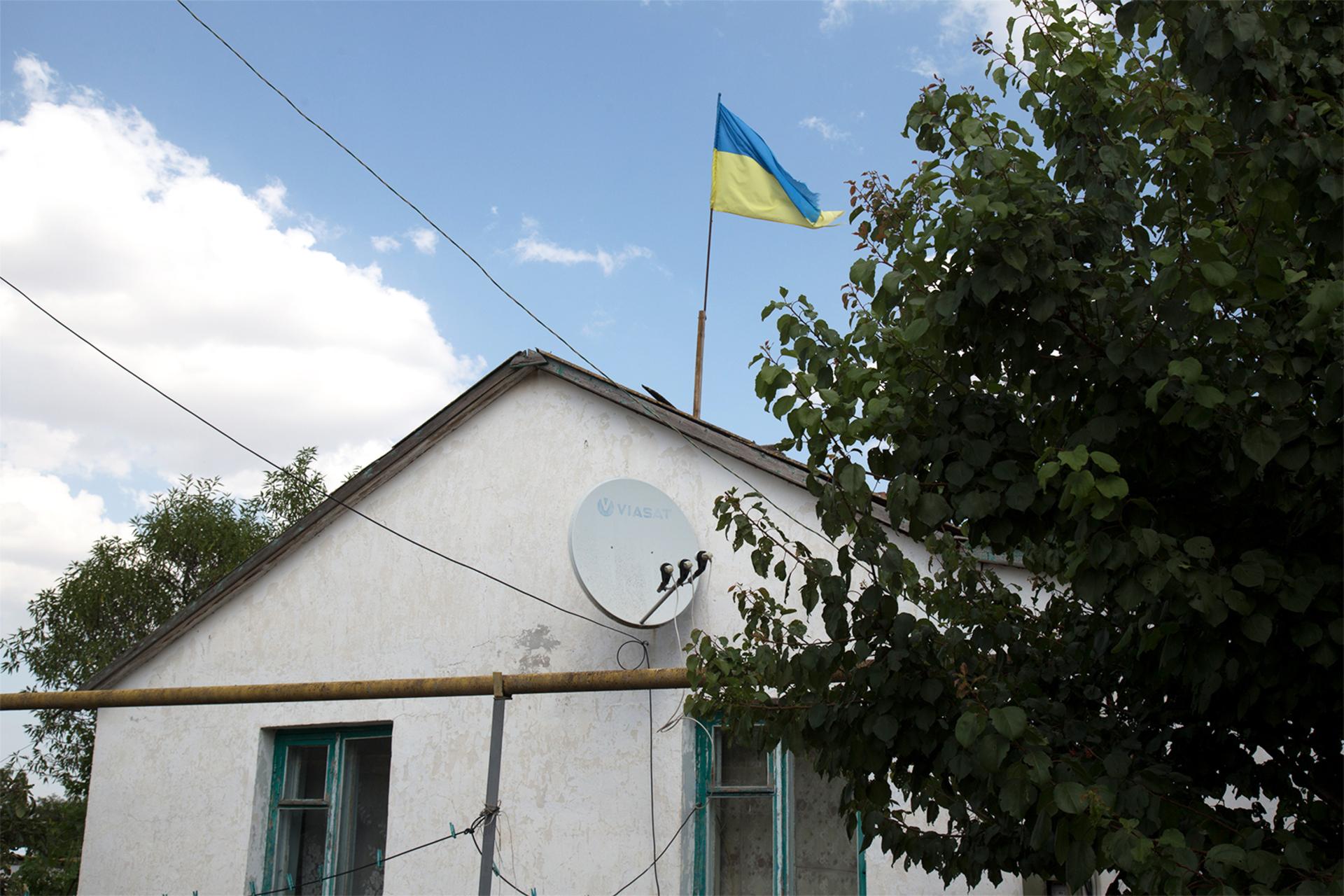 Кримський фермер уже третій рік не знімає прапор України з даху свого дому - фото 1