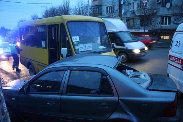 Дорожньо-тиранспортна пригода за участю маршрутного такси та легковика Geely сталася сьогодні, 2 лютого, у Комунарському районі Запоріжжя - фото 2
