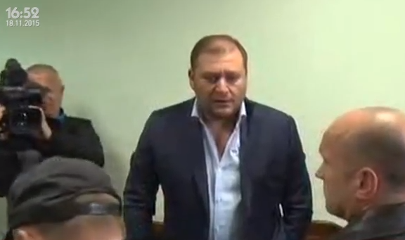 """""""Зникни, гнида!"""": Чоловік напав на Добкіна в суді над Лукаш - фото 1"""