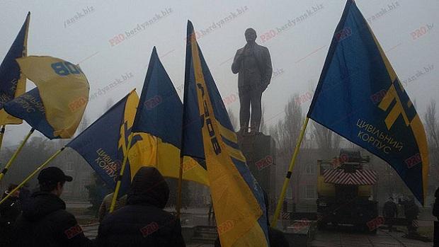 """На Запоріжжі Леніна """"декомунізували"""" по коліно - фото 3"""