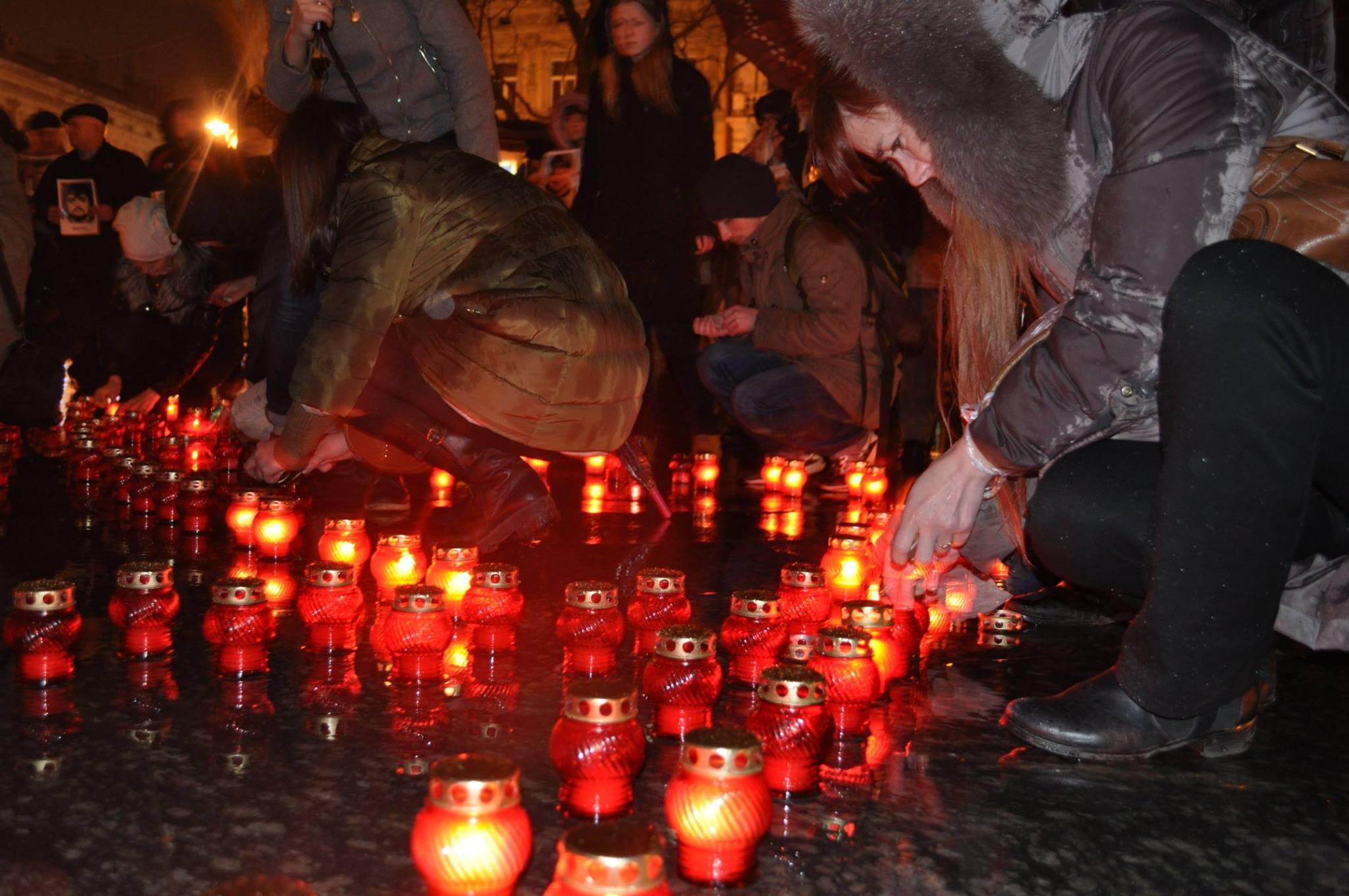 У Львові запалили свічки в пам'ять Героїв Небесної Сотні - фото 2