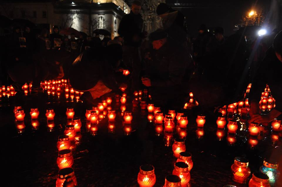 У Львові запалили свічки в пам'ять Героїв Небесної Сотні - фото 5
