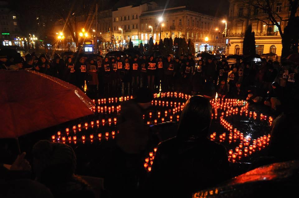 У Львові запалили свічки в пам'ять Героїв Небесної Сотні - фото 6