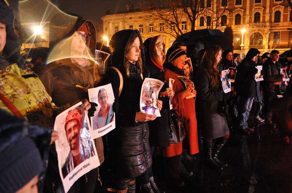 У Львові запалили свічки в пам'ять Героїв Небесної Сотні - фото 9
