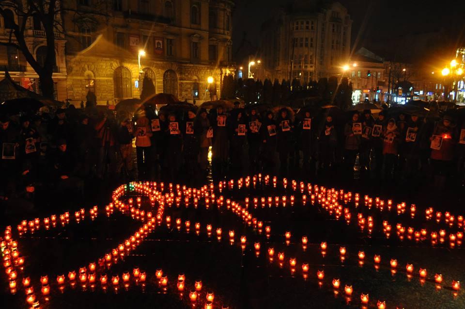 У Львові запалили свічки в пам'ять Героїв Небесної Сотні - фото 10
