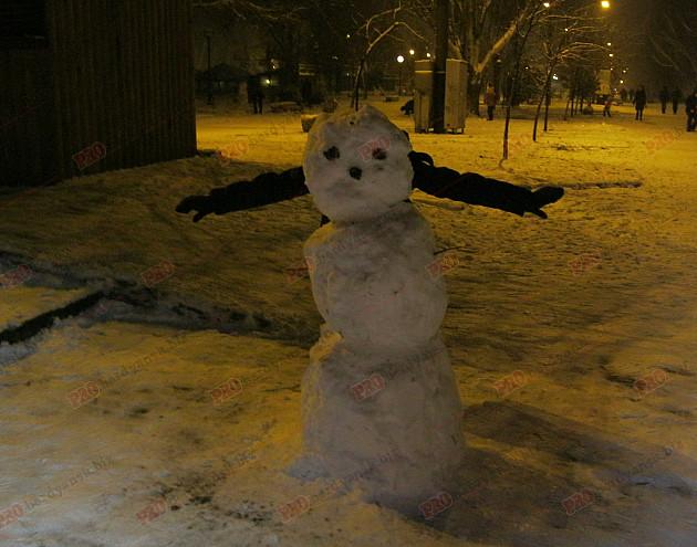 Мешканці Бердянська ліпили зі снігу та бруду різні скульптури  - фото 1