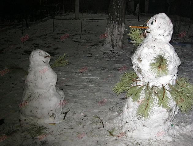 Мешканці Бердянська ліпили зі снігу та бруду різні скульптури  - фото 9