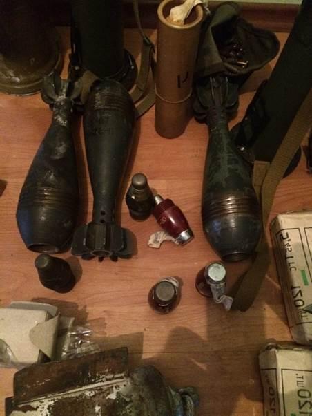В селі на межі з Кримом знайшли криївку з мінами й гранатометами (ФОТО) - фото 2