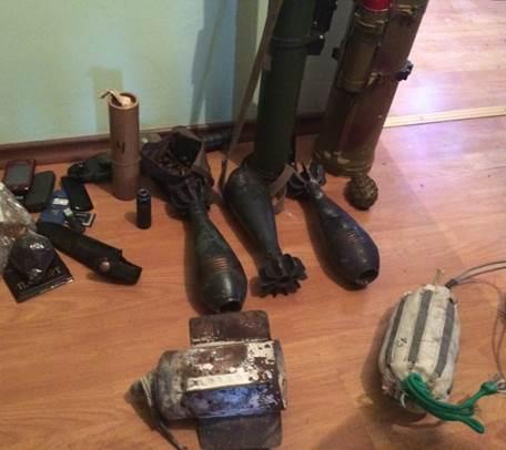 В селі на межі з Кримом знайшли криївку з мінами й гранатометами (ФОТО) - фото 3