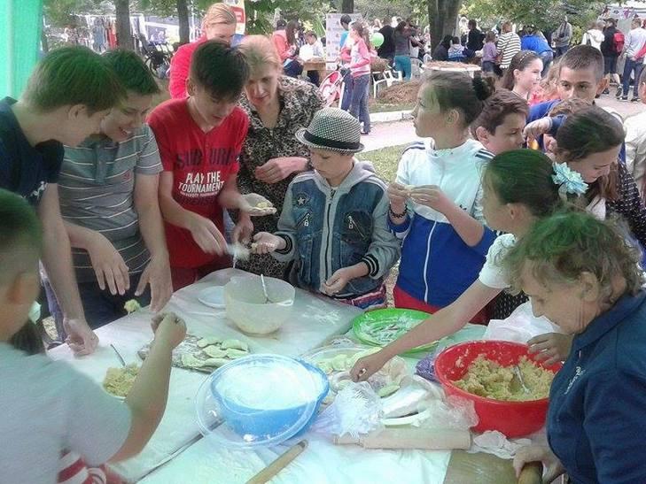 """На свято """"Івана Купала"""" вінничани ліпили вареники у парку (ФОТО) - фото 1"""