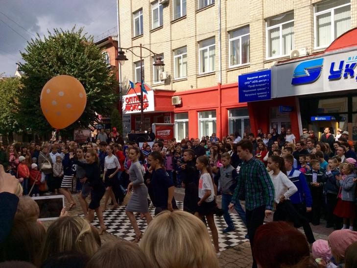 Посеред Хмельницького запалюють святковий настрій танцями - фото 7