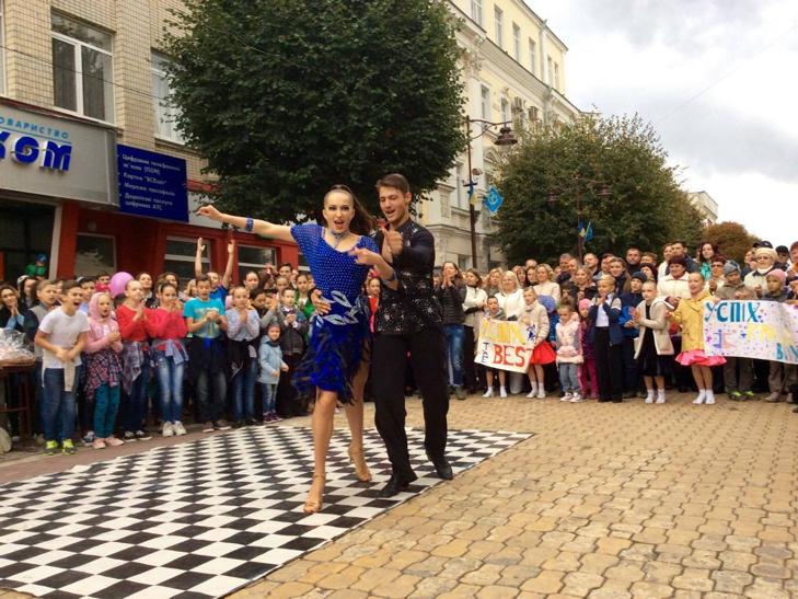Посеред Хмельницького запалюють святковий настрій танцями - фото 1