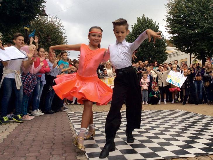 Посеред Хмельницького запалюють святковий настрій танцями - фото 2