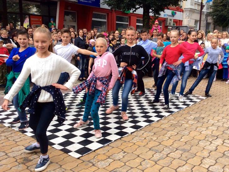 Посеред Хмельницького запалюють святковий настрій танцями - фото 5
