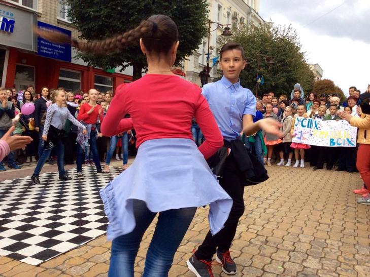 Посеред Хмельницького запалюють святковий настрій танцями - фото 4