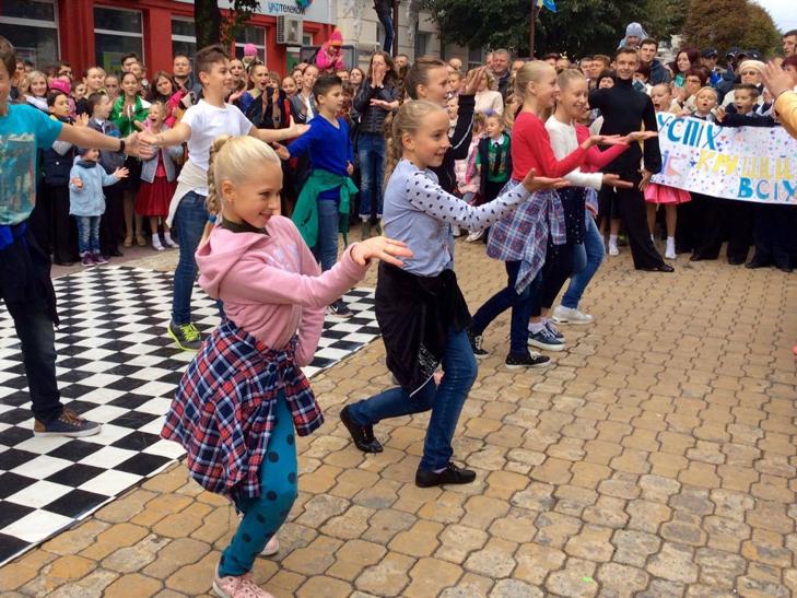 Посеред Хмельницького запалюють святковий настрій танцями - фото 3