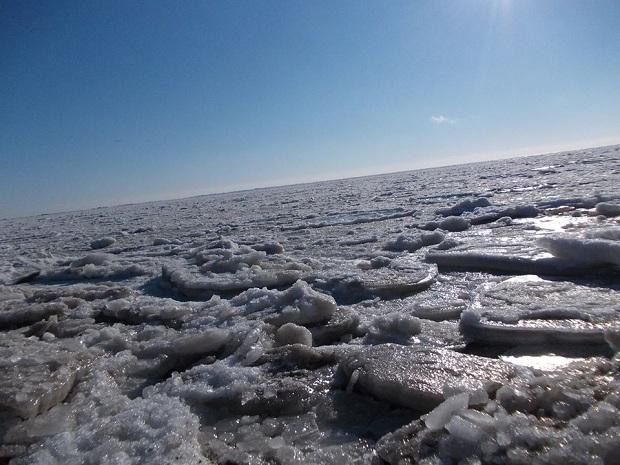 Бердянці викладають у соцмережі вражаючі світлини льодової пустелі, на яку перетворилася їхня затока - фото 4