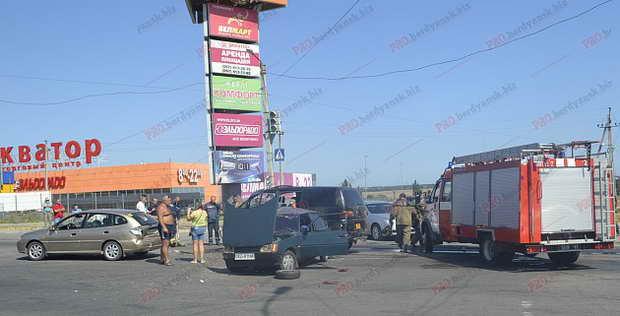 """Автомобіль """"Мітсубісі"""" з військовими зіткнувся на перехресті з двома цивільними авто  - фото 1"""