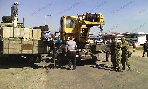 Бердянці допомагають блокувати окупований Крим - фото 1
