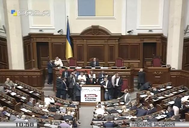 """Ляшко продовжив блокувати трибуну за ТСК з офшорів і проти """"дебілізації"""" - фото 1"""