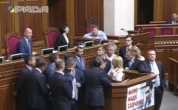 Ляшко і Тимошенко заблокували трибуну Ради - фото 1