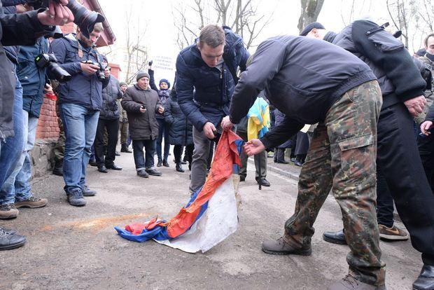 Як у Львові спалили російський прапор - фото 3