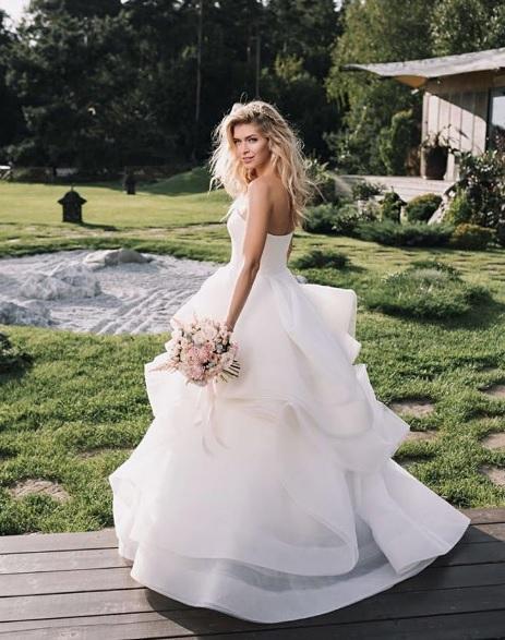 Брежнєва похизувалася черговою весільною сукнею  - фото 1