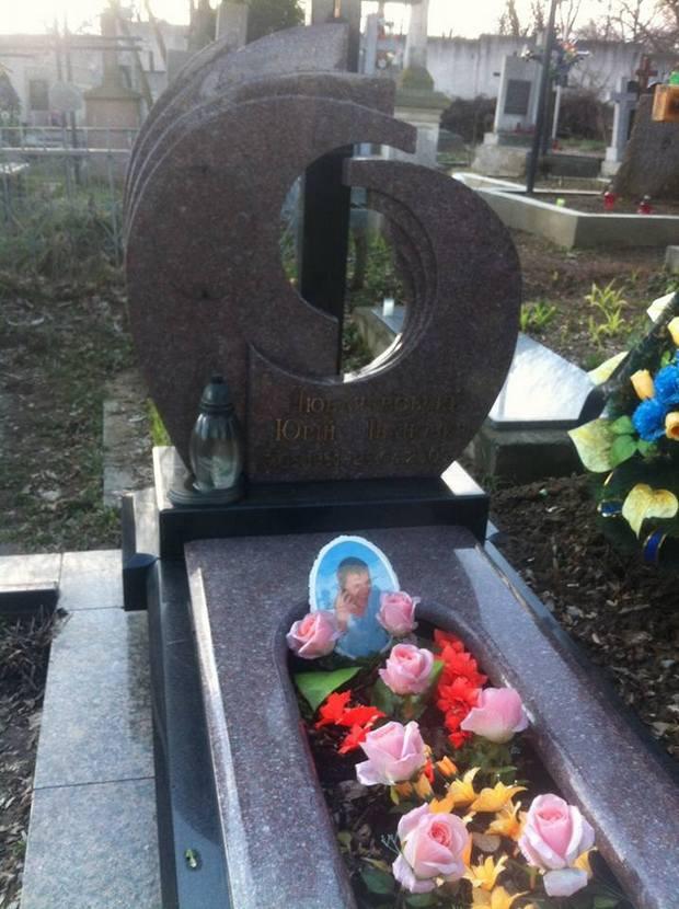 Як вандали знищили могили на кладовищі у Львові - фото 2