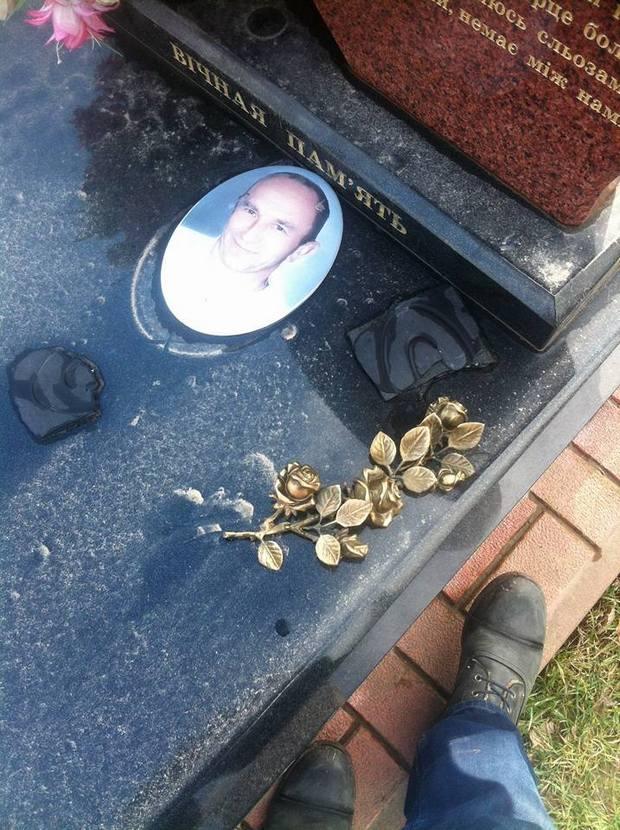 Як вандали знищили могили на кладовищі у Львові - фото 4