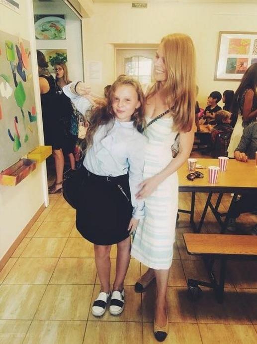 Схудла Фреймут відвела доньку до школи - фото 1