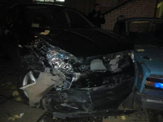 У Львові невідомий на бусі понищив припарковані авто - фото 2
