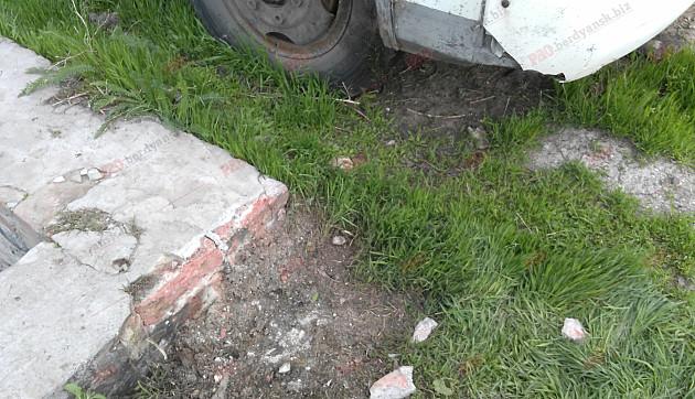 У Бердянську невідомі намагалися підірвати пасажирський автобус  - фото 3