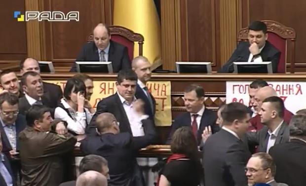 """""""Яценюківці"""" і """"ляшківці"""" знову окупували трибуну - фото 1"""
