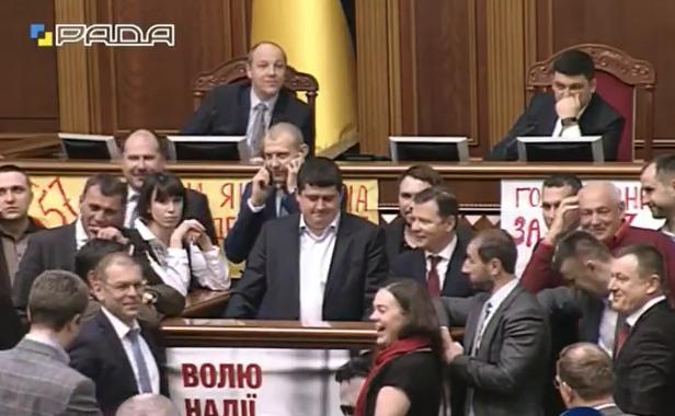 """""""Яценюківці"""" і """"ляшківці"""" знову окупували трибуну - фото 2"""